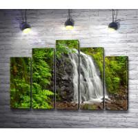 Водопад и зеленая листва