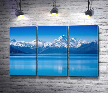 Голубая вода у подножья холодных гор