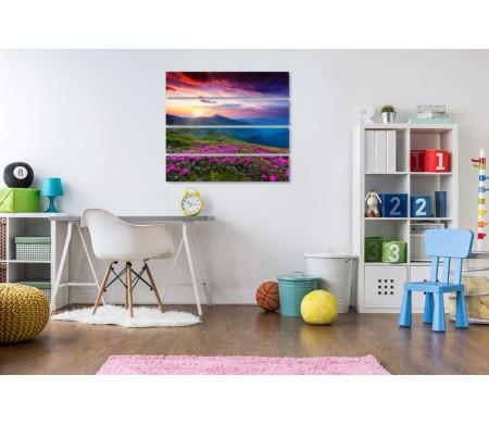 Цветочный горный луг и нереального цвета небо