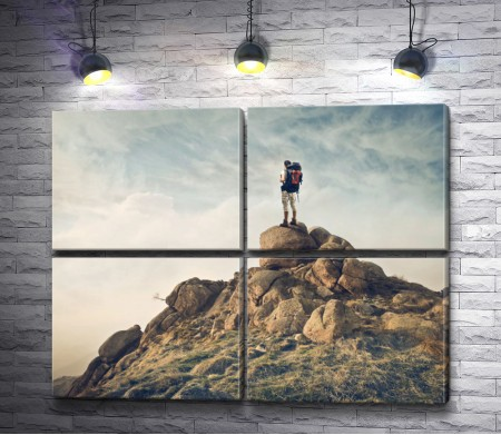 Турист на вершине горы