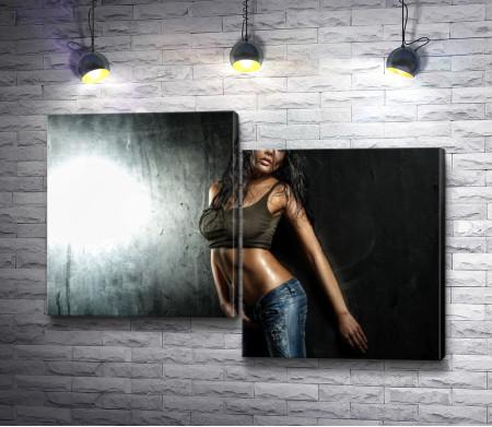 Темнокожая танцовщица в джинсах и майке