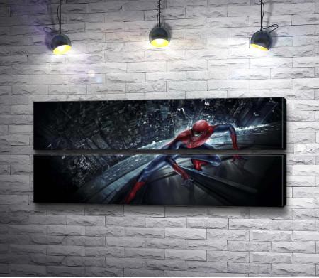 Человек-Паук взбирается по небоскребу