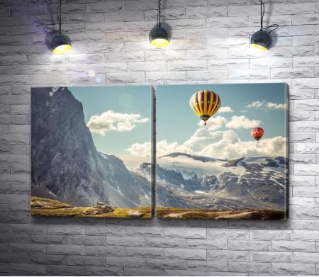 Полет воздушных шаров над горами