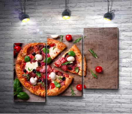 Итальянская пицца на деревянном столе