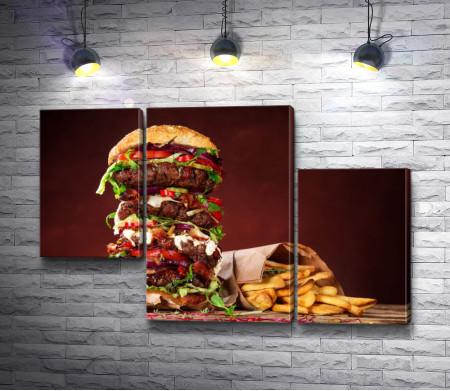 Огромный гамбургер и картошка фри