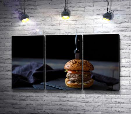 Гамбургер, проткнутый ножом