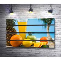 Тропические фрукты и свежий фреш в стакане