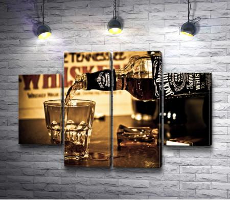 Виски Jack Daniel's наливают в стакан