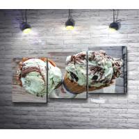 Фисташково-шоколадное мороженое в рожке