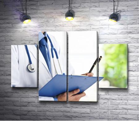 Доктор с папкой для записей