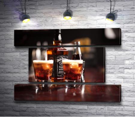 Бутылка Jack Daniel's и два стакана с виски
