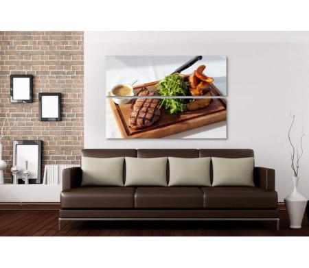 Стейк с овощами на деревянной доске