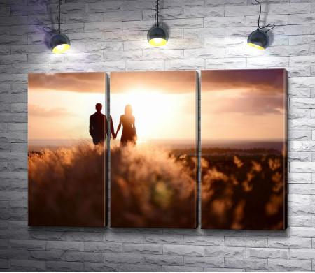 Пара влюбленных на закате