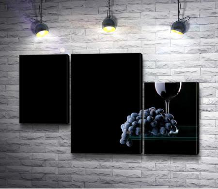 Красное вино и виноград в темноте