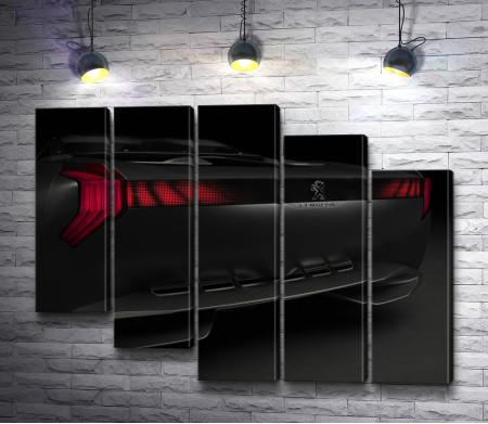 Черный автомобиль с красными фарами