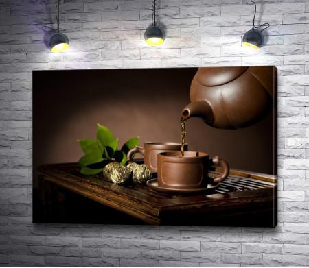 Зеленый чай в коричневой посуде