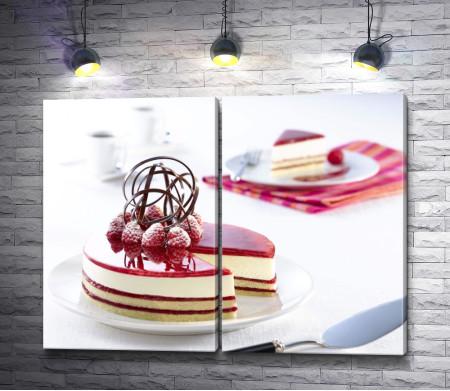 Торт на белом столе с изящным шоколадом