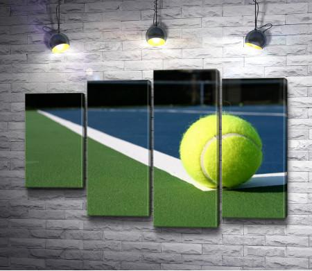 Мячик для большого тенниса на поле