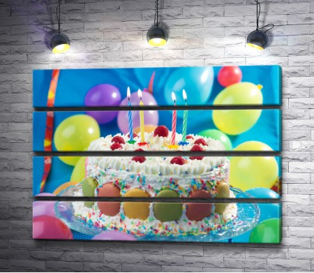 Праздничный именинный торт со свечами и шарами
