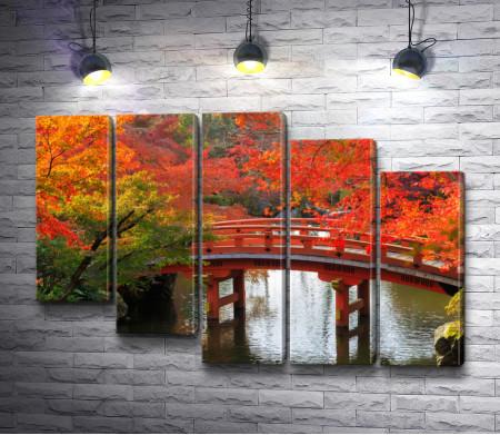 Мост над водой в осеннюю пору