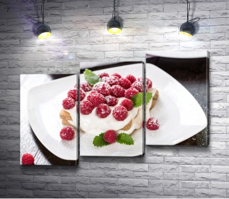 Малиновый десерт на белой тарелке