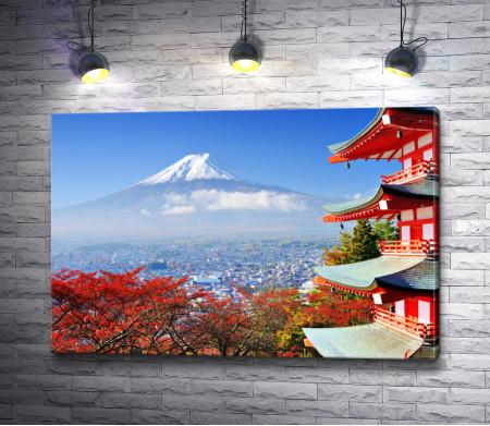 Красные домики в Японии и гора в облаках