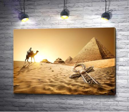 Всадник на верблюде держит путь к пирамидам