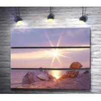 Песчаный пляж и лучики солнца