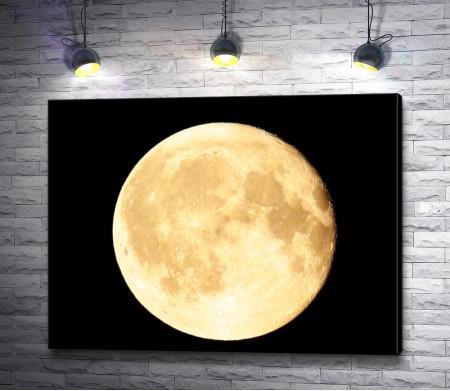 Огромная луна на черном небе