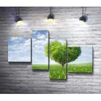 Дерево-сердце на лугу