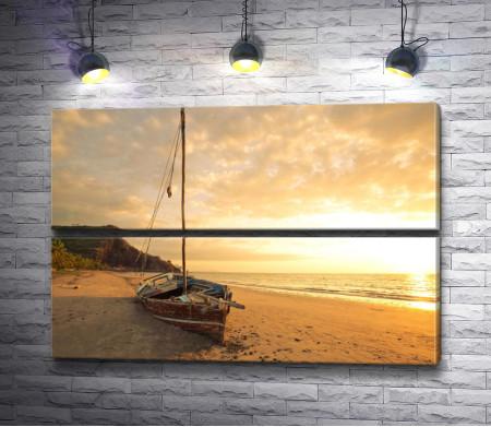 Лодка на песке на рассвете