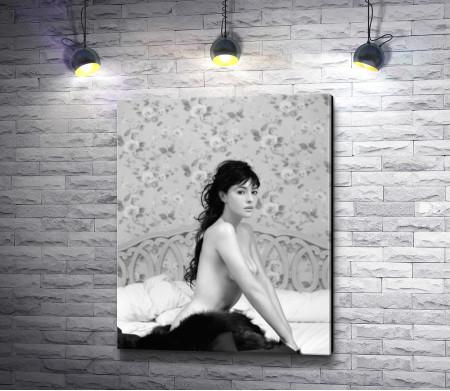 Обнаженная Моника Белуччи в черно-белом интерьере