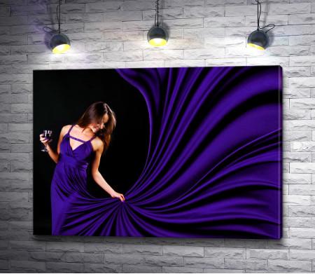 Брюнетка в фиолетовом