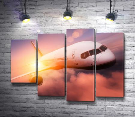Пассажирский самолет в небе во время заката