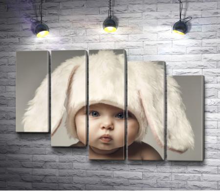 Милый малыш в шапке с ушами