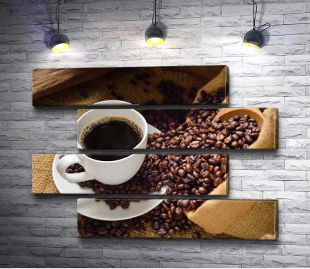 Чашка американо с мешочком кофейных зёрен