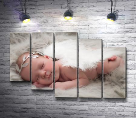Спящий младенец в костюме ангела