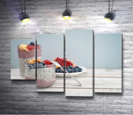 Йогуртовые десерты со свежими ягодами и орехами