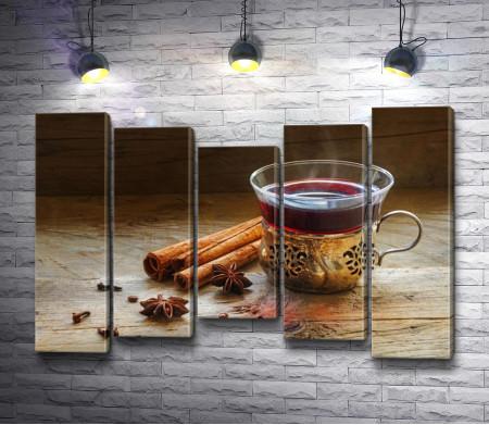 Чай каркаде в чашке и палочки корицы
