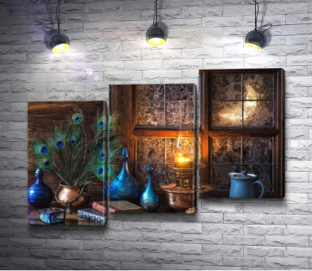 Старинные книги, голубой чайный сервиз, масляная лампа и ваза с павлиньими перьями