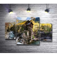 Деревянный домик на берегу горной реки