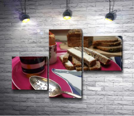 Завтрак на тарелке из яиц всмятку и ломтиков хлеба