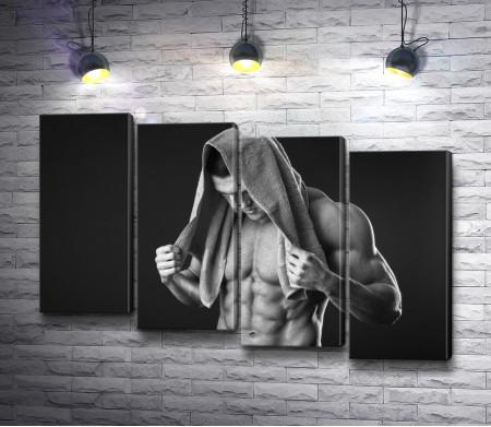 Накаченный мужчина с голым торсом, черно-белое фото