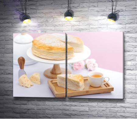 Слоеный сырный торт и чашка чая