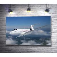 Самолет парит над облаками