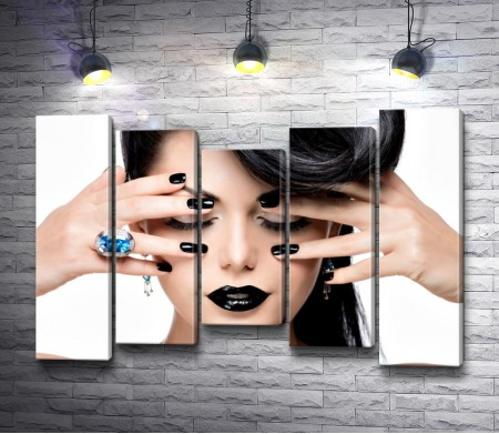 Девушка с черными волосами, ногтями и губами