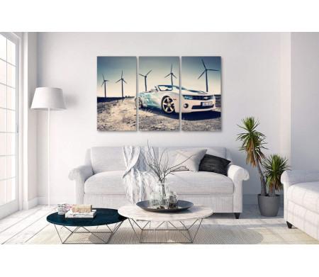 Белая машина возле ветряков