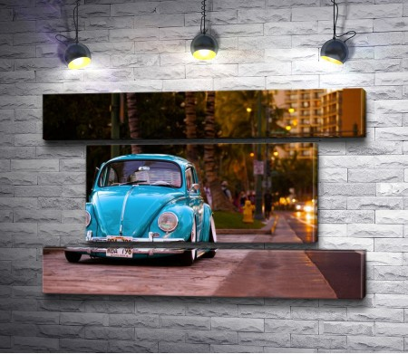 Голубая ретро машина в вечернем городе