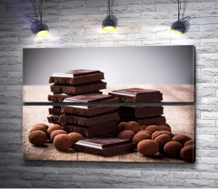 Черный шоколад на деревянном столе