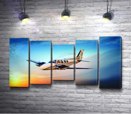 Самолет в небе во время заката